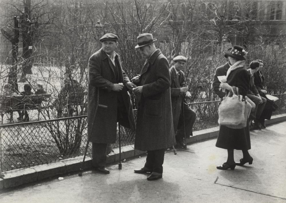 Illegaler Tauschhandel rief angesichts des Mangels oft Kritik hervor. Otto Croy inszeniert in diesem wohl nachgestellten Bild einen Kriegsinvaliden als Schwarzhändler.