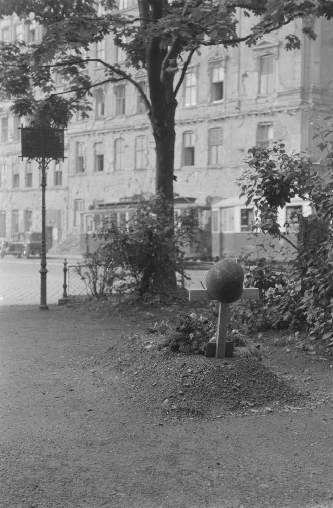 In der Schlacht um Wien hatten zehntausende Soldaten ihr Leben verloren. Gefallene wurden zunächst teils individuell beerdigt und erst später in große Grabanlagen überführt.