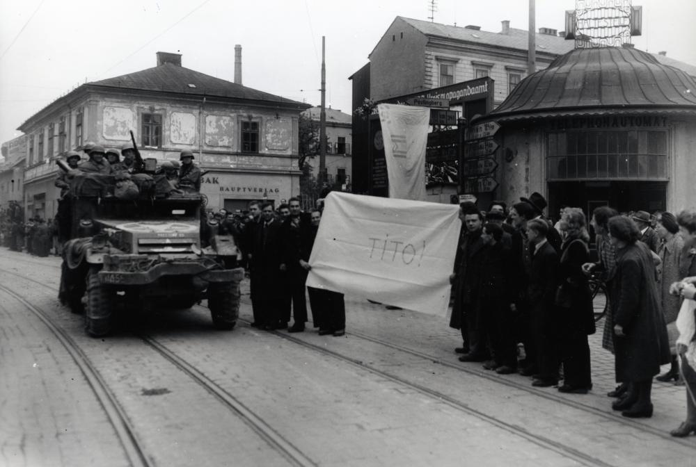 Josip Broz Tito führte die jugoslawischen Truppen gegen NS-Deutschland und seine Verbündeten. Es ist nicht bekannt, warum diese Männer hier ausgerechnet beim Einmarsch der US-Armee in Linz ein Tito-Transparent in die Kamera eines US-Fotografen halten.