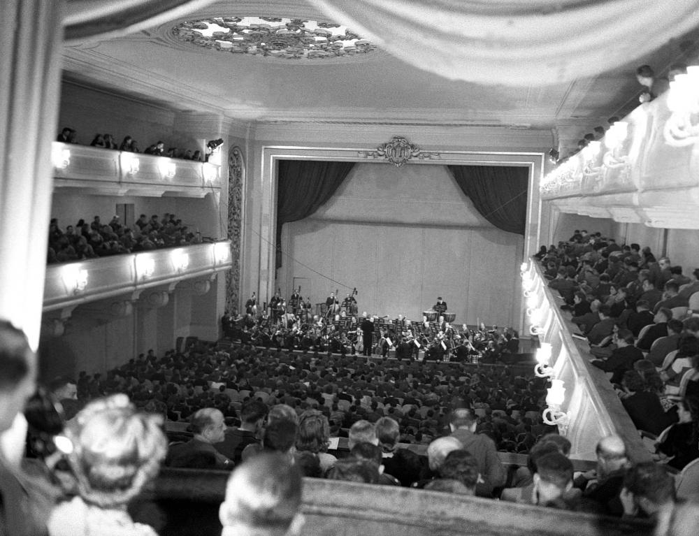 Die Salzburger Festspiele knüpften mit einem Konzert des Mozarteum-Orchesters scheinbar direkt an die Zeit vor dem Nationalsozialismus an. Durch die Vertreibung vieler jüdischer KünstlerInnen hatte sich die Organisation jedoch als schwierig erwiesen.
