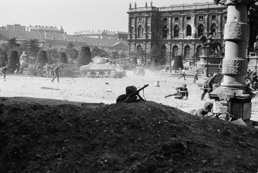 Sowjetische Truppen stellen das Gefecht um Wien vor der Kulisse des Naturhistorischen Museums nach.