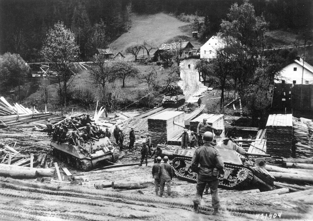 US-Amerikanische Einheiten überquerten die Kleine Mühl zwischen Lembach und Altenfelden. Der provisorische Fahrweg wurde mit Brettern und Baumstämmen befestigt.