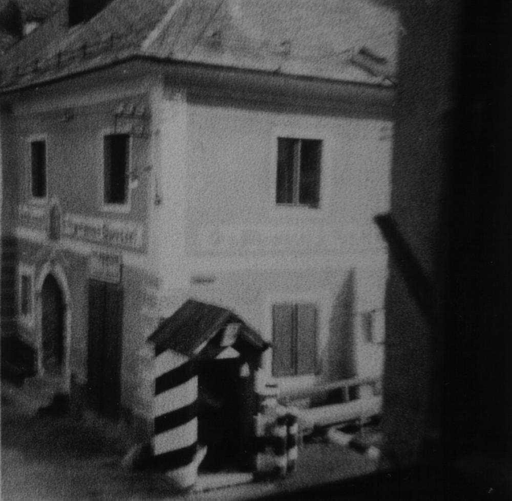 Von Mai bis Juli verlief die Zonengrenze zwischen Ost- und Westalliierten durch die Bundesländer Kärnten und Steiermark, teils mitten durch Ortschaften. Unmittelbar nach der Errichtung eines Schrankens und einer Wachhütte fotografierte eine Einheimische mit zittriger Hand die Grenze direkt aus ihrem Fenster.